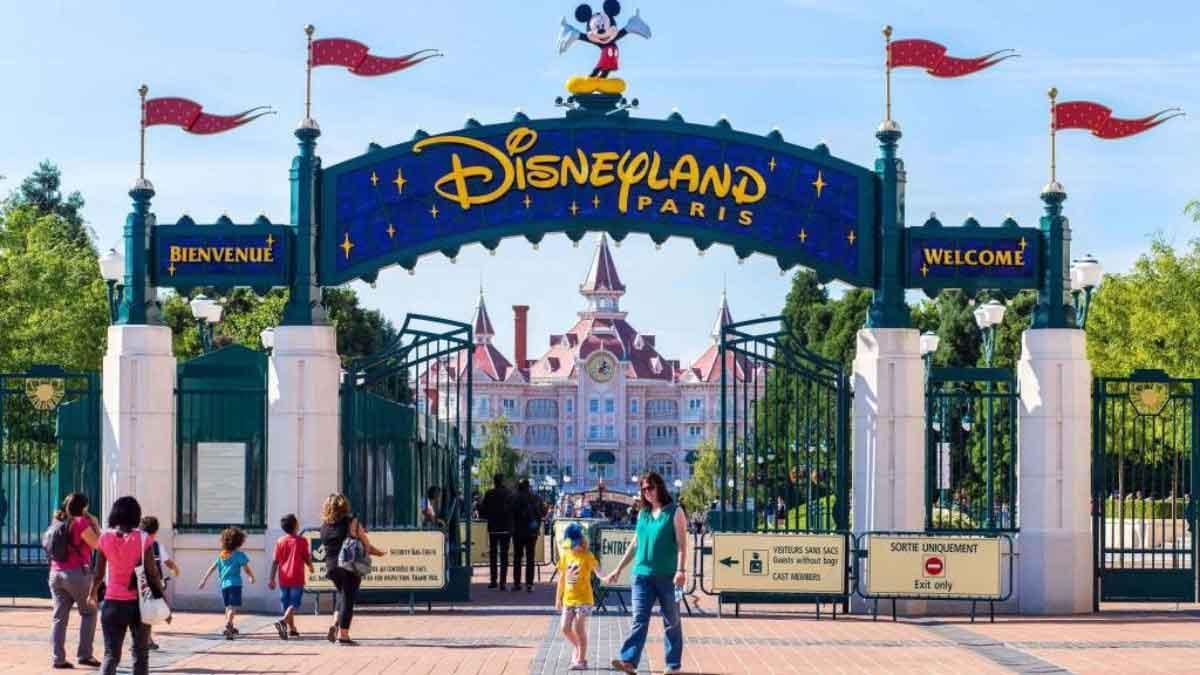 FreebieMNL - Disneyland Paris draws flak for preventing a mother from breastfeeding in public